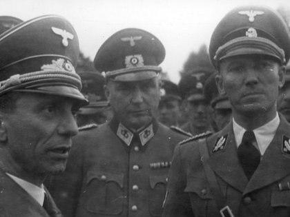 Otto von Wächter (der.) fue acusado de expulsar a 68.000 judíos de Cracovia, encerrar —y matar a casi todos— 15.000 en el Gueto de Varsovia y masacrar a 100.000 en Galitzia (Horst Wächter)