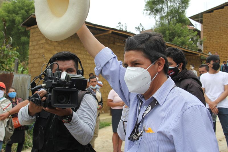 El candidato del partido Perú Libre, Pedro Castillo, saluda tras votar en Cajamarca, Perú. 11 abril 2021. Vidal Tarqui/Andina/Entrega vía Reuters. ESTA IMAGEN FUE ENTREGADA POR UNA TERCERA PARTE.