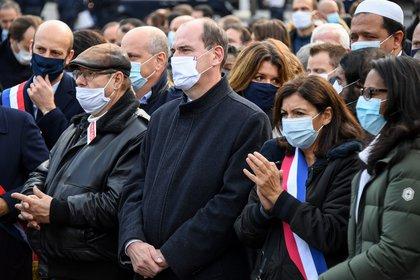 Jean-Michel Blanquer y distintos funcionarios en un homenaje a Samuel Paty en la Plaza de la República (Bertrand Guay/ AFP)