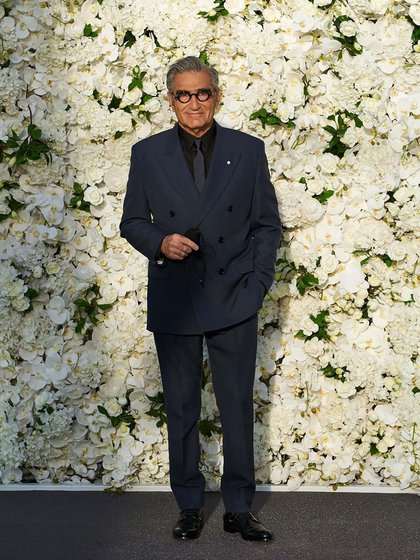 Eugene Levy dio su presente en la gala de los Emmy y para esta edición optó por un elegante traje en negro cruzado con camisa a tono y corbata. Completó su outfit con anteojos del mismo color (Foto: @ana_sorys)