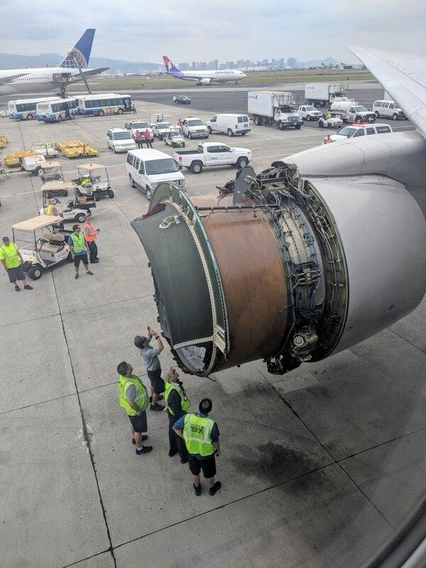 Técnicos revisan el motor tras el aterrizaje