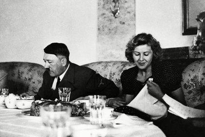 El dictador Adolf Hitler junto a su futura esposa Eva Braun en 1940