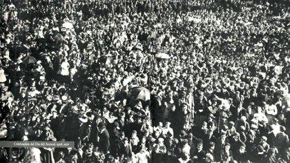 """Fiesta del Día del Animal. En 1908, tras dos años de insistencia, Ignacio Albarracín logró que Argentina tenga un día dedicado a hablar de los animales. Cerca de 15 mil personas asistieron a la primera celebración en Buenos Aires. (Libro: """"Los perritos bandidos"""", de Silvia Urich)"""