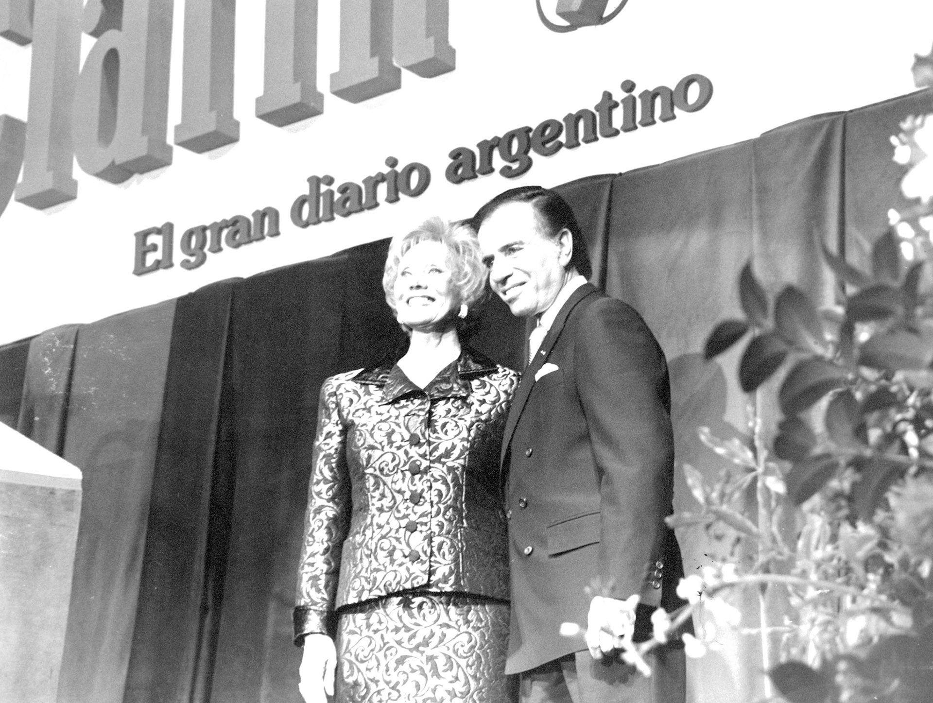 Con la dueña del Grupo Clarín, Ernestina Herrera de Noble, en la planta de impresión del diario Clarín en 1995. Menem privatizó los canales de televisión y adjudicó el Canal 13 al grupo de Noble y durante su gobierno hubo libertad de expresión. (AGN)
