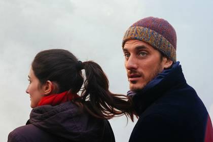 Los protagonistas, Luca Marinelli y Linda Caridi, en una escena de la película
