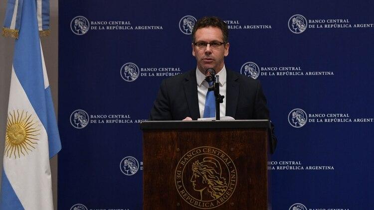 El control de cambios que impuso el Banco Central resultó más restricivo de lo que había anunciado el presidente de la entidad, Guido Sandleris, y generó retiros de depósitos en dólares por motivo precaución de los ahorristas (Maximiliano Luna)
