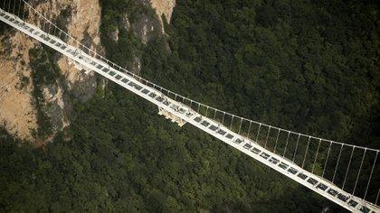 Este fin de semana China abrió al público el puente de cristal más alto y largo del mundo (AFP)