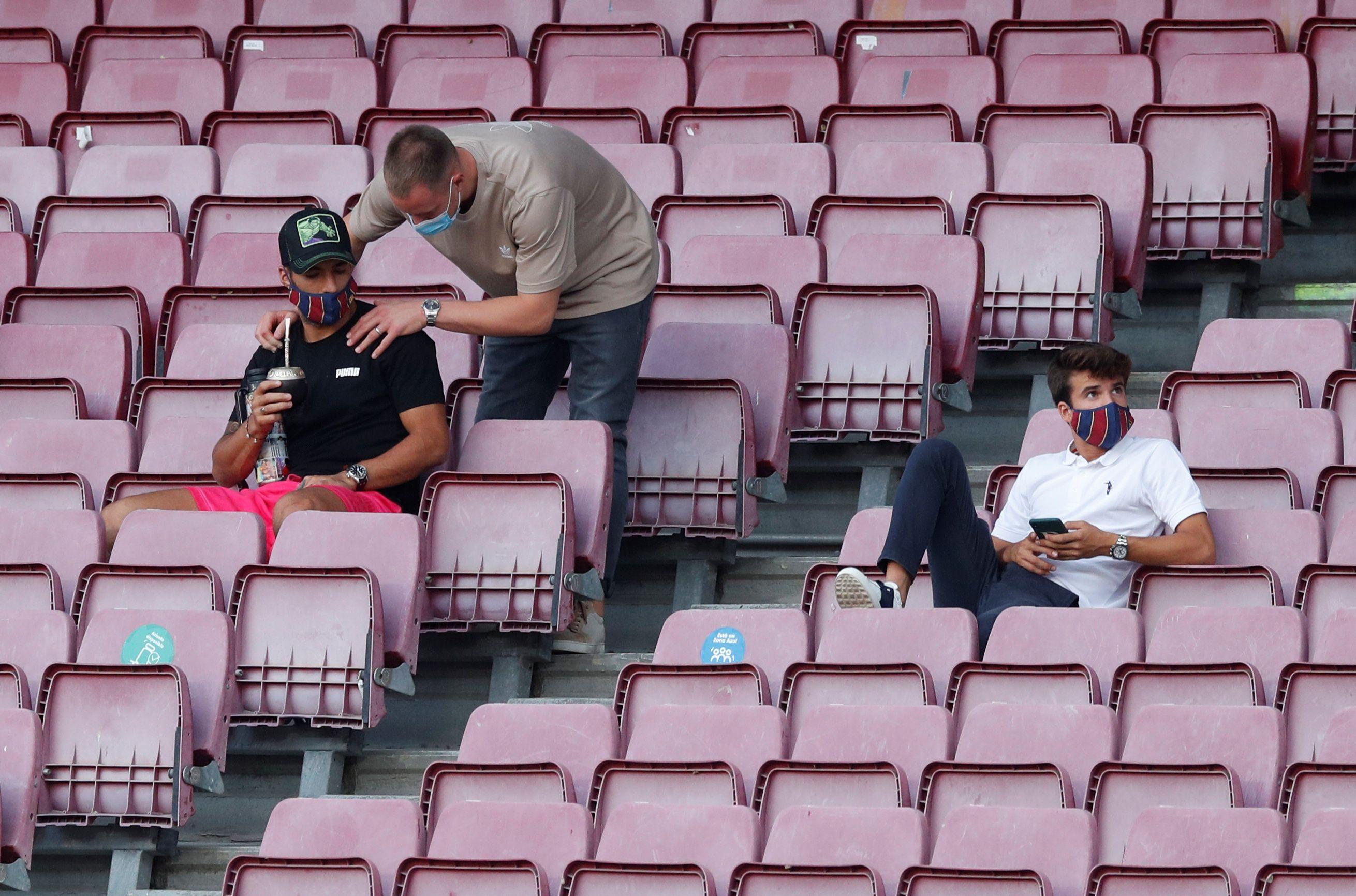 Riqui Puig, Luis Suárez y Marc-André ter Stegen (lesionado) vieron el triunfo ante Elche desde la tribuna (Foto: Reuters)