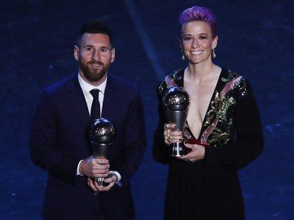 Lionel Messi y Megan Rapinoe, los ganadores del premio principal en 2019 (Foto: AP)