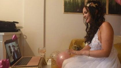 El primer casamiento binacional on line del país entre la joven rosarina, Agustina Vidal Montefiori y su prometido de Nueva York, Scott Marmon (Foto/Sebastián Granata/Telam)