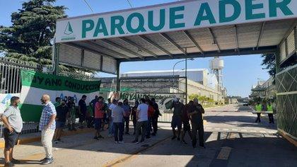 Camioneros mantiene un violento bloqueo en la entrada del parque industrial desde el jueves pasado
