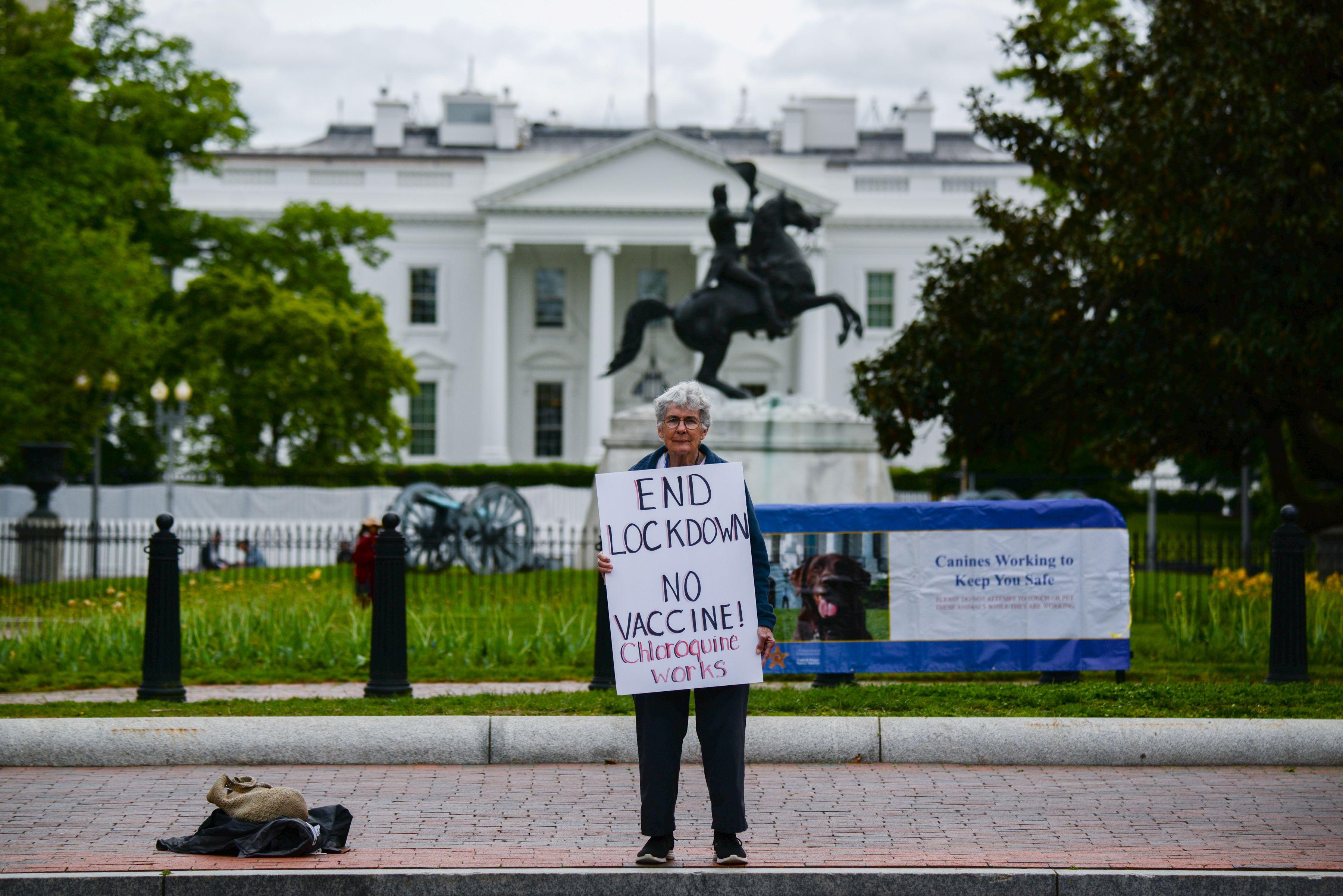 Kathy Boylan protesta por el cierre de negocios, en medio de la propagación de la enfermedad del coronavirus (COVID-19), frente a la Casa Blanca en Washington