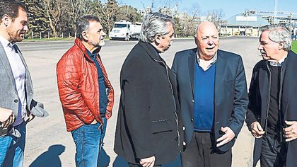 Fernández de campaña en Córdoba con el empresario Urquía, Felipe Solá, y el senador Carlos Caserio.