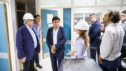 Alberto Fernández y el intendente de La Matanza Fernando Espinoza recorriendo las instalaciones del Hospital René Favaloro.