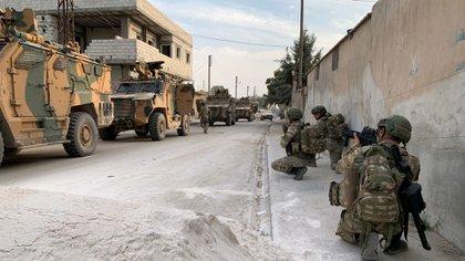 Soldados turcos desplegados en la ciudad siria de Tal Abyad, en la frontera  (Reuters)