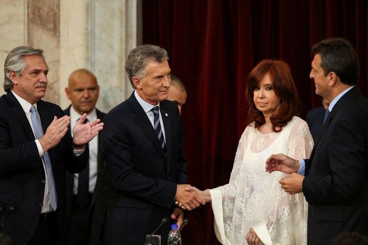 El frío saludo entre Mauricio Macri y Cristina Kirchner (REUTERS/Agustin Marcarian)