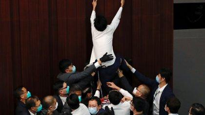 Legisladores democráticos intentando detener la sesión del parlamento