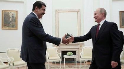 El presidente ruso Vladimir Putin le da la mano a Nicolás Maduro durante una reunión en el Kremlin el 25 de septiembre de 2019. Sergei Chirikov/Pool vía REUTERS