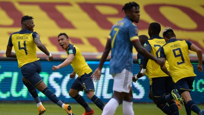 Ecuador's Robert Arboleda (L) celebrates after scoring a goal against Colombia during their closed-door 2022 FIFA World Cup South American qualifier football match at the Rodrigo Paz Delgado Stadium in Quito on November 17, 2020. (Photo by RODRIGO BUENDIA / POOL / AFP)