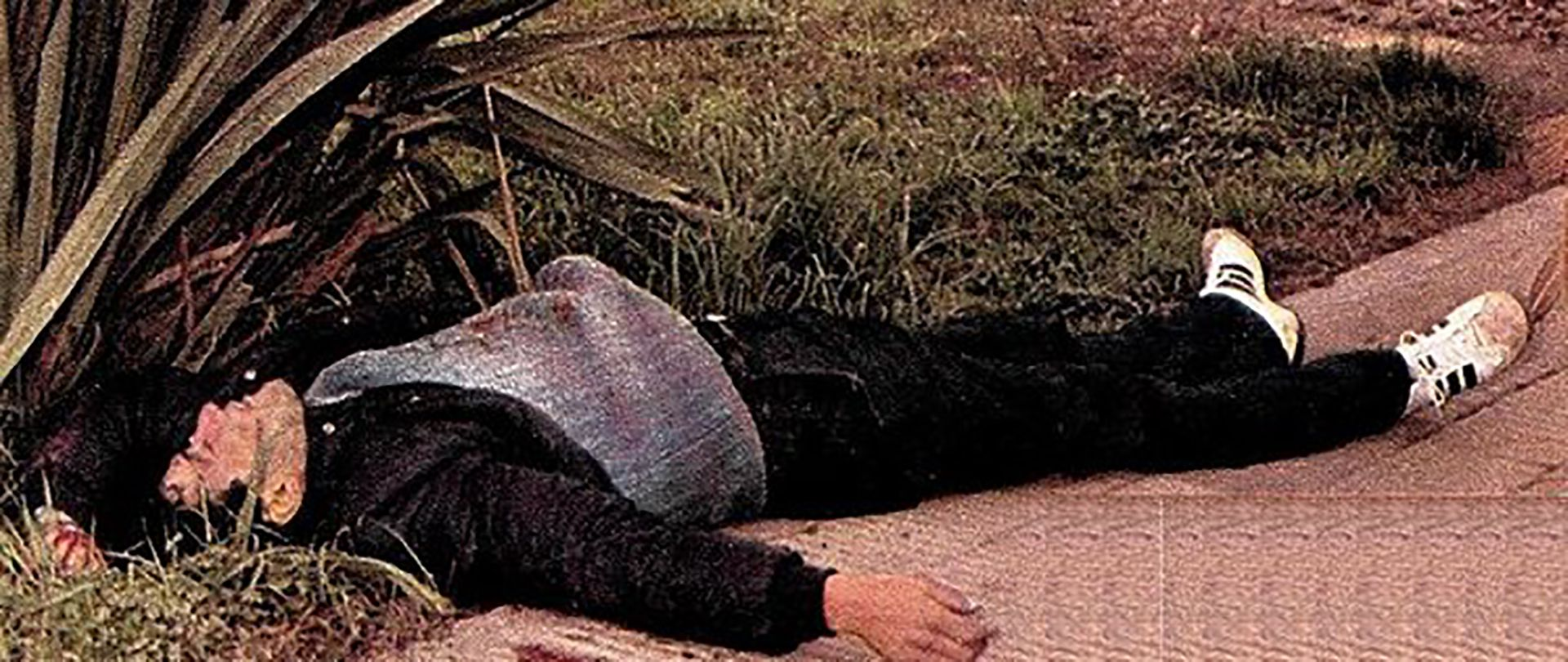 El cuerpo sin vida de César Romero, luego de enfrentarse a la policía tras el último robo que planeaba para su vida.