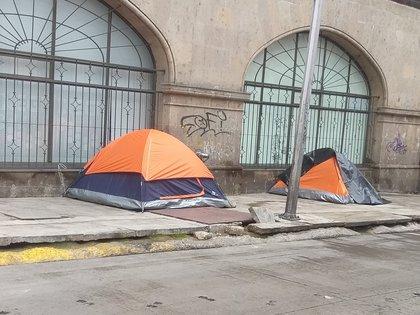 Los indigentes instalaron los campamentos en la esquina de Artículo 123 y Balderas (Foto: Twitter/@lourdespefr)