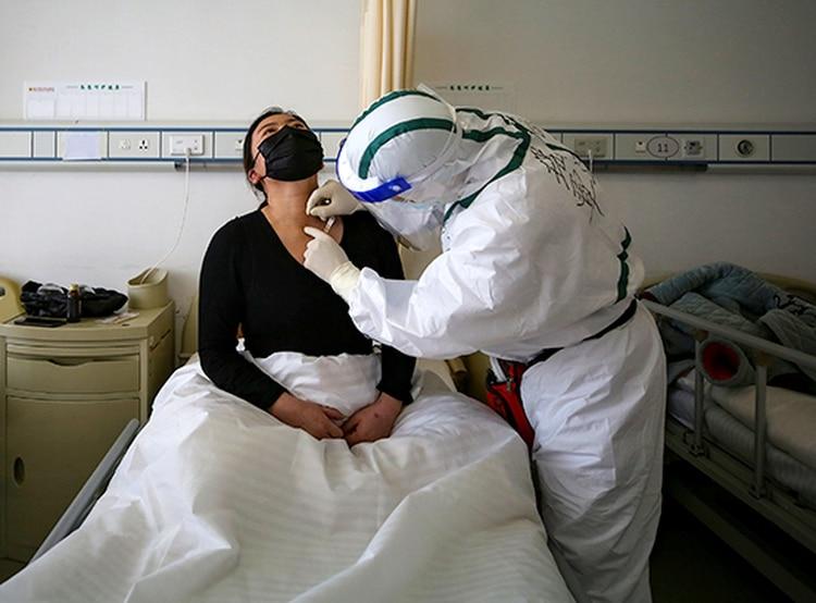 El coronavirus que causa estragos en Europa no sería exactamente el mismo que nació en China debido a que obtuvieron los primeros genomas del virus en España, a partir de muestras de tres pacientes (Photo by STR / AFP)