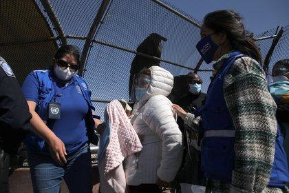 """HRW recabó información de familias secuestradas en México que no pudieron continuar con su petición de asilo, y otras que fueron trasladadas al sur del país, """"a miles de kilómetros de donde estaba programada su audiencia"""". (Foto: EFE)"""