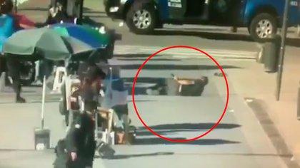 Jonathan, ya baleado, apunta desde el suelo contra los policías