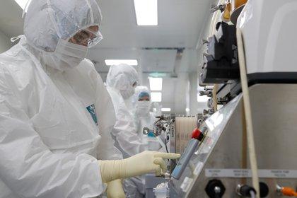 Un científico controla los parámetros del proceso de diafiltración del producto durante la investigación y el desarrollo de una vacuna contra la enfermedad por coronavirus (COVID-19) en un laboratorio de la empresa de biotecnología BIOCAD en San Petersburgo, Rusia, 11 de junio de 2020. (REUTERS / Anton Vaganov)