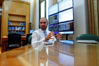 Tras dos licitaciones que los inversores consideraron negativas, el Ministerio de Economía ofreció más interés. La semana que viene afrontará un vencimiento por $110.000 millones. REUTERS/Agustin Marcarian