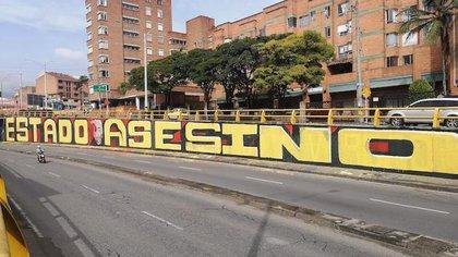 """Nos están censurando"", polémica en Medellín porque el Ejército borró enorme grafiti que decía 'Estado Asesino'"