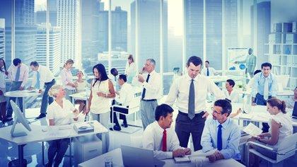 Las jornadas de trabajo son largas y es en la oficina donde los empleados suelen pasar más tiempo, incluso más que en sus propias casas (Shutterstock)