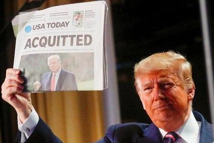 Trump celebra en enero el resultado de la votación en el Senado, que desechó los cargos presentados contra el mandatario