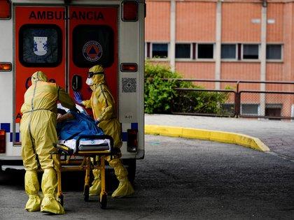 Paramédicos trasladan a un paciente en el hospital Severo Ochoa, cerca a Madrid (Reuters)