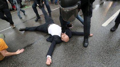 Guardias civiles retiran a un votante durante el referéndum (Reuters)