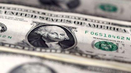 El dólar libre anota una escalada de precios de 127% en lo que va de 2020. (Reuters)