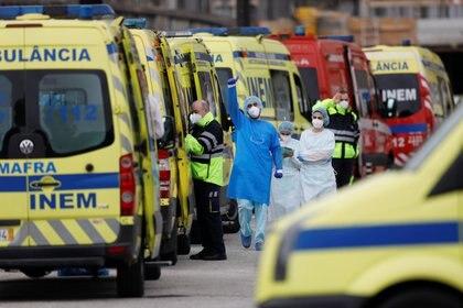 Des ambulances transfèrent les patients à l'hôpital San María de Lisbonne (Reuters)