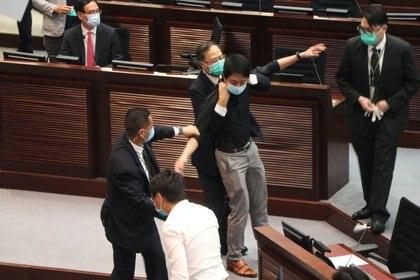 Funcionarios de seguridad detienen al legislador Ted Hui (Reuters / archivo)