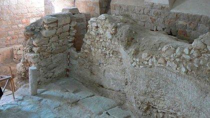 La casa del primer siglo que muestra una de sus paredes en una roca cortada (Ken Dark)