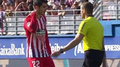 El árbitro discute con Morata en el encuentro entre el Atlético de Madrid y Eibar