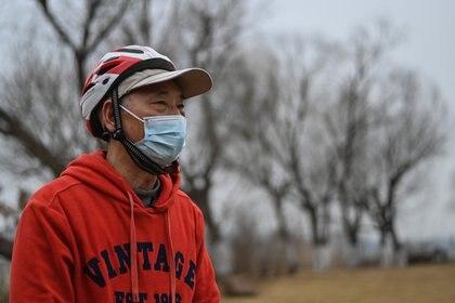Huang Genben, quien pasó 67 días en el hospital luchando contra el coronavirus Covid-19 en 2020, habla durante una entrevista con AFP en Wuhan, provincia central china de Hubei. (Héctor RETAMAL/AFP)
