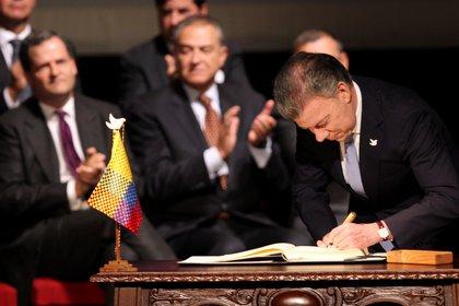 El 24 de noviembre de 2016 el entonces presidente colombiano Juan Manuel Santos y el jefe de la guerrilla, Rodrigo Londoño firmaron el acuerdo de paz. EFE/MAURICIO DUENAS CASTA�EDA/Archivo