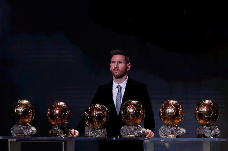 Lionel Messi junto a sus seis Balones de Oro (Reuters)