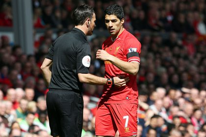 Mark Clattenburg tuvo mucho contacto con Luis Suárez durante su paso por la Premier League (Shutterstock)