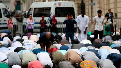 Musulmanes rezan en la calle, fuera de la gran Mezquita de París, en agosto de 2018, durante una celebración religiosa. (AFP)