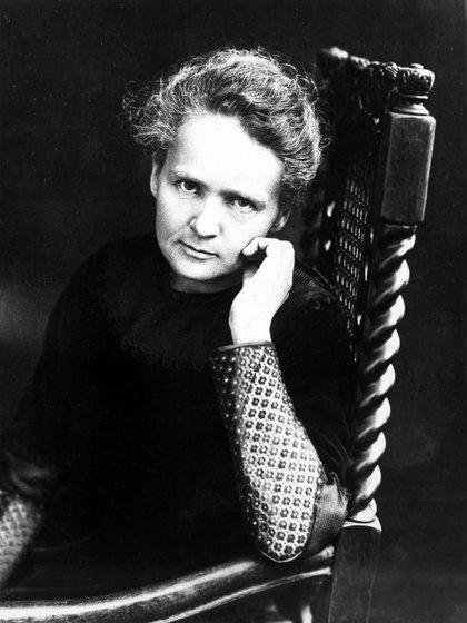 Marie Curie fue pionera en el campo de la radioactividad. Fue la primera mujer en ocupar el puesto de profesora en la Universidad de París en Francia, pero tuvo que enfrentar momentos de desprecio y discriminación en un ambiente con predominio de varones. En su honor, el grupo Las Curie denuncia también las violencias que aún persisten en las ciencias y la tecnología (Shutterstock)