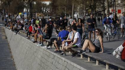 El gobierno trazó franjas horarias para mantener cierto orden (AP Photo/Emilio Morenatti)