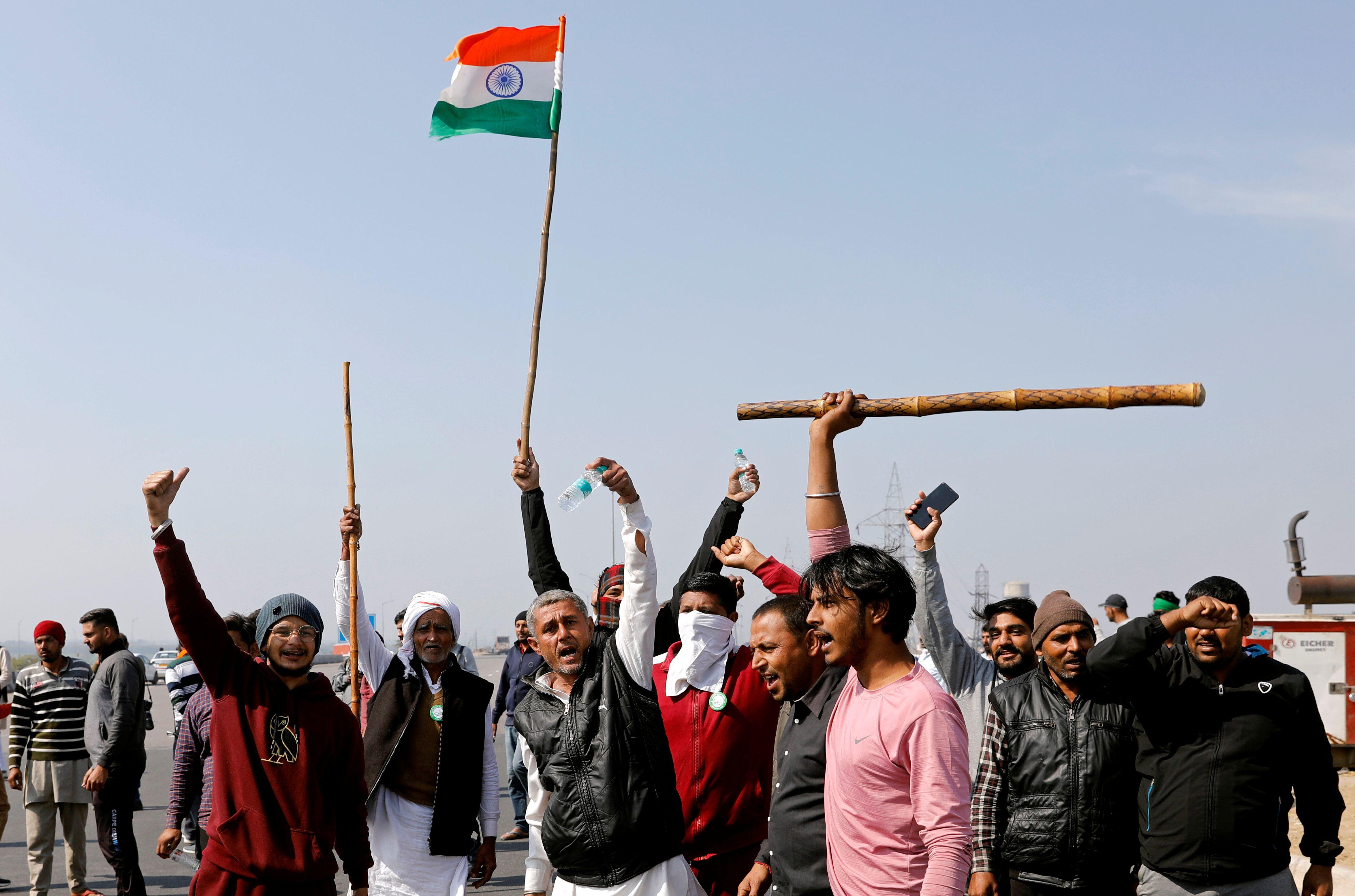 Agricultores protestan contra las leyes agrícolas en una carretera en las afueras de Nueva Delhi, India, el 6 de febrero de 2021. REUTERS / Adnan Abidi