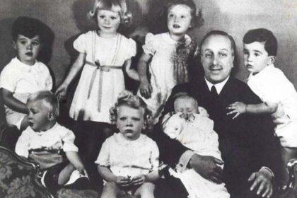 Alfonso XIII con sus nietos en 1939. Juan Carlos es el primero a la izquierda (Casa Real)