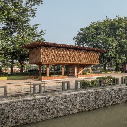 Además de ser hermosa por fuera, esta pequeña biblioteca y centro comunitario en Semarang , Indonesia, tiene un piso hecho con redes y un gran columpio comunal. Microlibrary Warak Kayu es una sala de lectura pública que tiene espacio para eventos y talleres (KIE and Team)